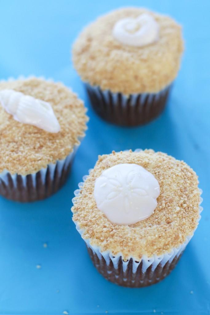 Sand and seashell cupcakes